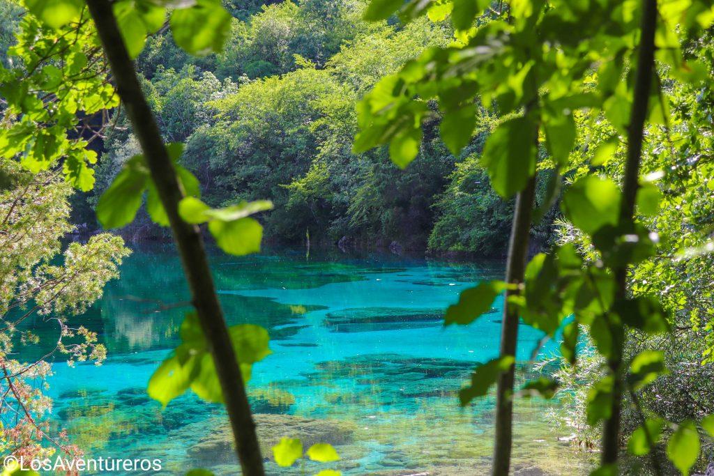 Le acque turchesi del lago di Cornino.